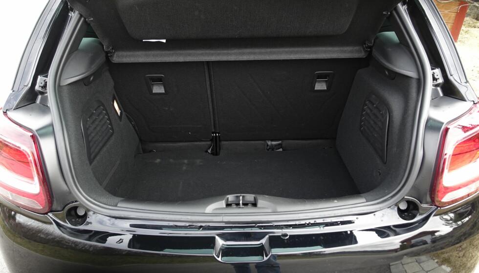 DYPT: Selv om bilen er under fire meter lang, svelger bagasjerommet mye, takket være lavt gulv. Det gir høy terskel og en skikkelig høy kant opp til nedslått bakseterygg. Foto: Rune M. Nesheim