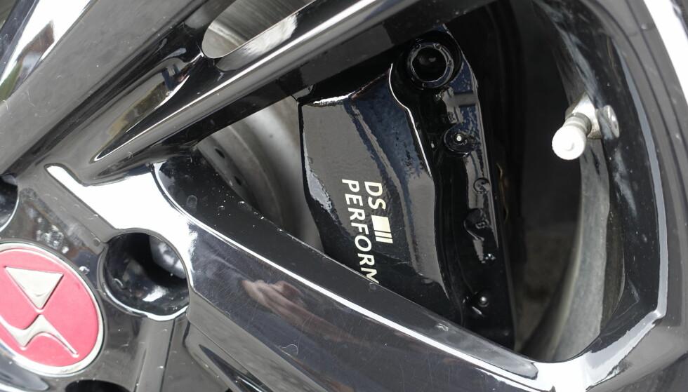 KULE KALIPPERE: Bremseskivene er standard, men bremsekalipperne er lakkerte med skrift. Kult.