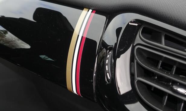PYNT: Trefarge-kombinasjonen går igjen flere steder, som på det sortlakkerte instrumentpanelet. Foto: Rune M. Nesheim
