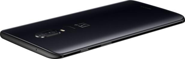 <strong>SMART KNAPP:</strong> OnePlus 6 kommer i tre fargevarianter, deriblant en matt svart. På siden finnes det også en egen knapp for å skru av alle mobilvarsler. Foto: Produsenten
