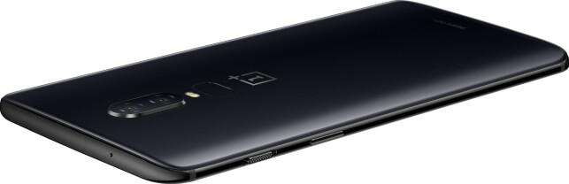 SMART KNAPP: OnePlus 6 kommer i tre fargevarianter, deriblant en matt svart. På siden finnes det også en egen knapp for å skru av alle mobilvarsler. Foto: Produsenten