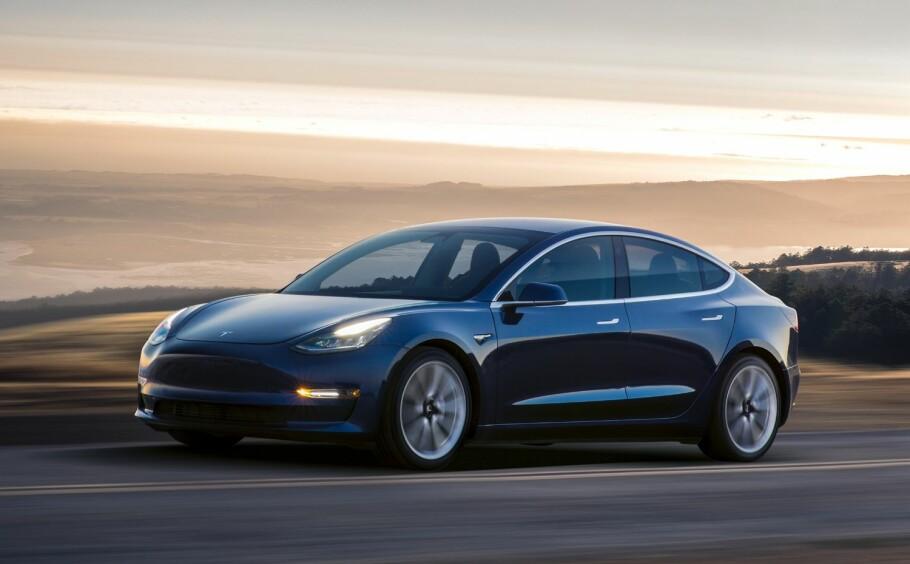 ALLEREDE BRUKTIMPORTERT: Tesla Model 3 koster fra 464.000 kroner i Norge, vet vi nå. Den kommer til å heve andelen salg av elbiler ytterligere i 2019, regner vi med. De første eksemplarene er allerede førstegangsregistrert her i landet, som privatimport. Foto: Tesla