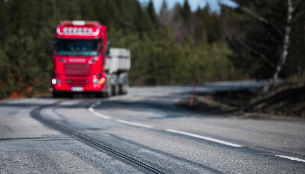EROAD: Svenskene tester nå ut en 10 kilometer lang strekning, der man kan lade mens man kjører. Foto: NTB Scanpix