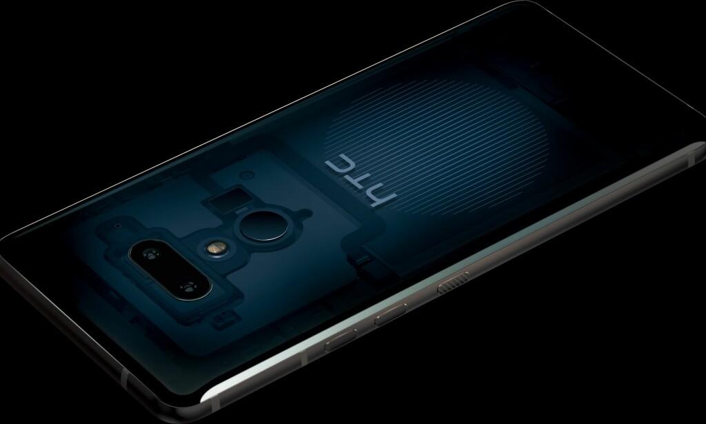 SPESIELLE KANTER: Her er HTCs nye toppmodell, U12+. Det mest spesielle med telefonen er at den har trykksensitive kanter, slik at du for eksempel kan klemme på en spesiell måte for å åpne en app. Foto: HTC