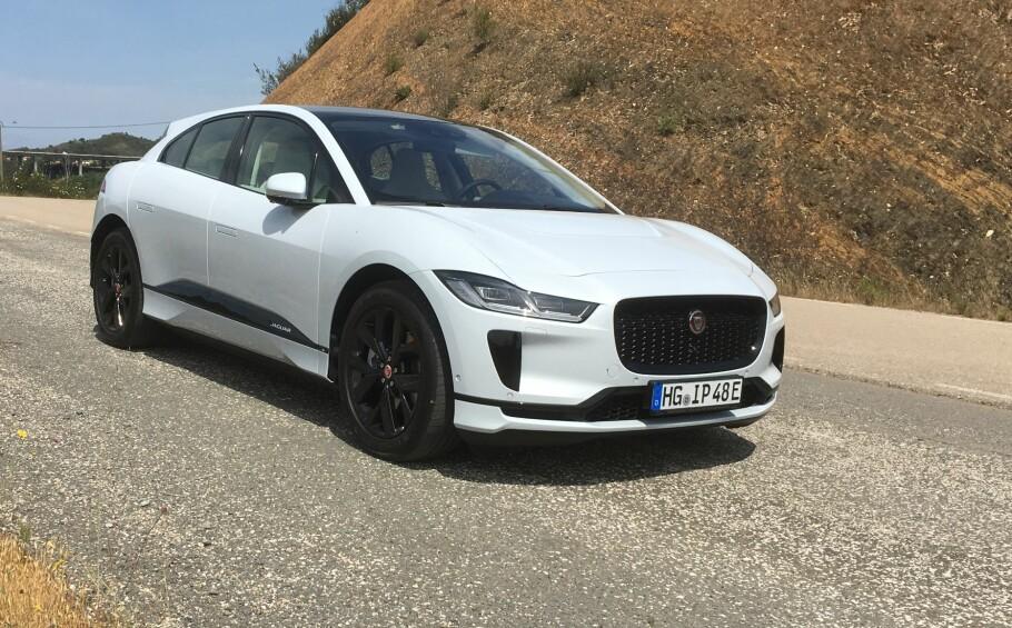 NY EL-SUV: Dette er nye Jaguar I-Pace, som for tiden lanseres internasjonalt i Portugal. Bildet viser innstegsversjonen, I-Pace S, som koster fra 590.000 kroner. Foto: Knut Moberg