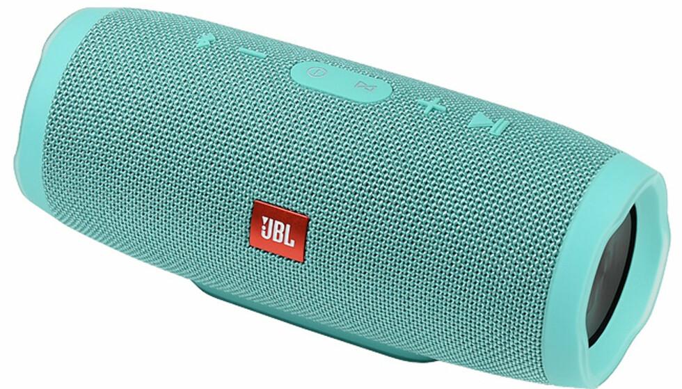 LANGDISTANSEVINNEREN: JBL Charge 3 spiller nesten i 33 timer uten opplading. Det er rekord blant de 31 høyttalerne. Foto: JBL