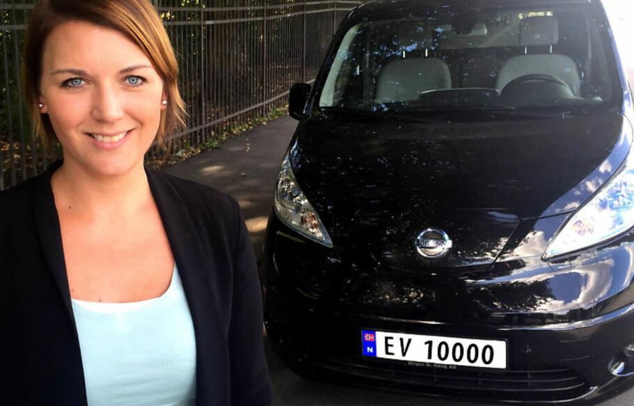 EVIG FRYD: Generalsekretær Christina Bu i Norsk elbilforening gleder seg over at EV-skilter i sommer skal ta over for EK-skiltene, som kjennemerke på norske elbiler. Foto: Elbilforeningen