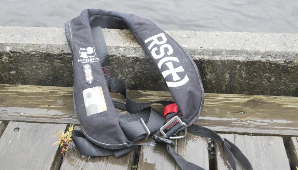 SJEKK VESTEN: Redningsselskapet redder flere fra drukningsdøden i løpet av sommeren. De oppfordrer blant annet til å sjekke om patronen som gir luft til å blåse opp vesten er i orden. Foto: Terje Pedersen / NTB Scanpix