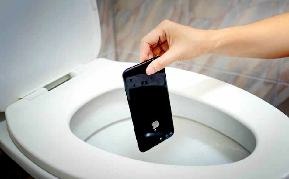 IPHONE FALT I DO: Mannen mistet sin nye iPhone 7 i do. Fallet var lavt, så det ble ingen sprekker, men vannet tålte den ikke. Power nektet først å hjelpe han, men han får nå alle pengene tilbake etter å ha tatt saken hele veien til Forbrukerklageutvalget. Foto: Shutterstock / NTB Scanpix