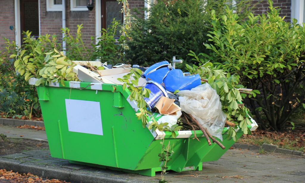 FOR FULL: Når du kvitter deg med store mengder søppel, er det viktig at minst mulig går over kanten. Det er strengt forbudt å kjøre med overfylte containere der søppel tyter ut over sidene. Foto: Studio Porto Sabbia/Shutterstock/NTB scanpix