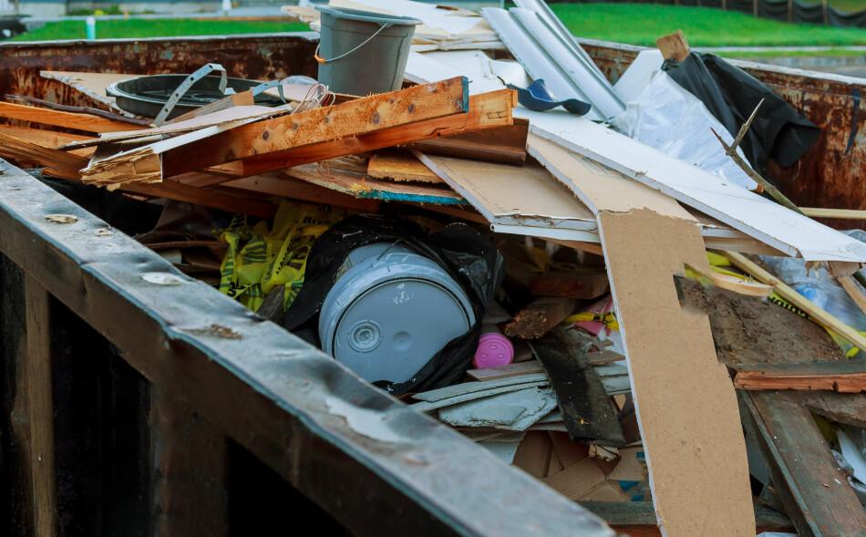 FEIL AVFALL: Malingspann og impregnert bygningsmateriale skal kastes som spesialavfall og ikke legges i en vanlig ryddecontainer for restavfall. Foto: Ungvar/Shutterstock/NTB scanpix