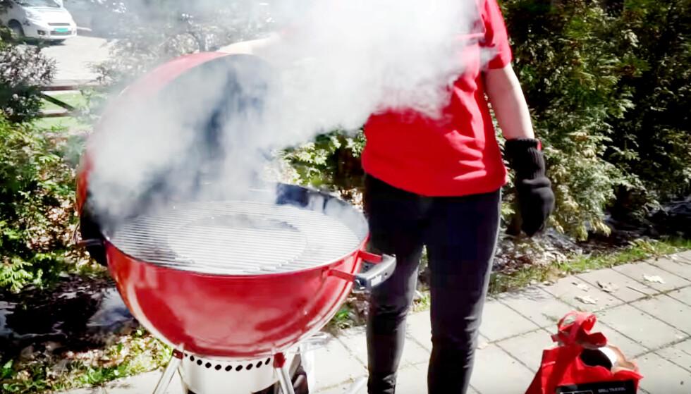RØYKE MAT PÅ GRILLEN: Hva med å røyke maten du griller i sommer? Det er enklere enn du tror, sier grillekspertene. Foto: Per Ervland