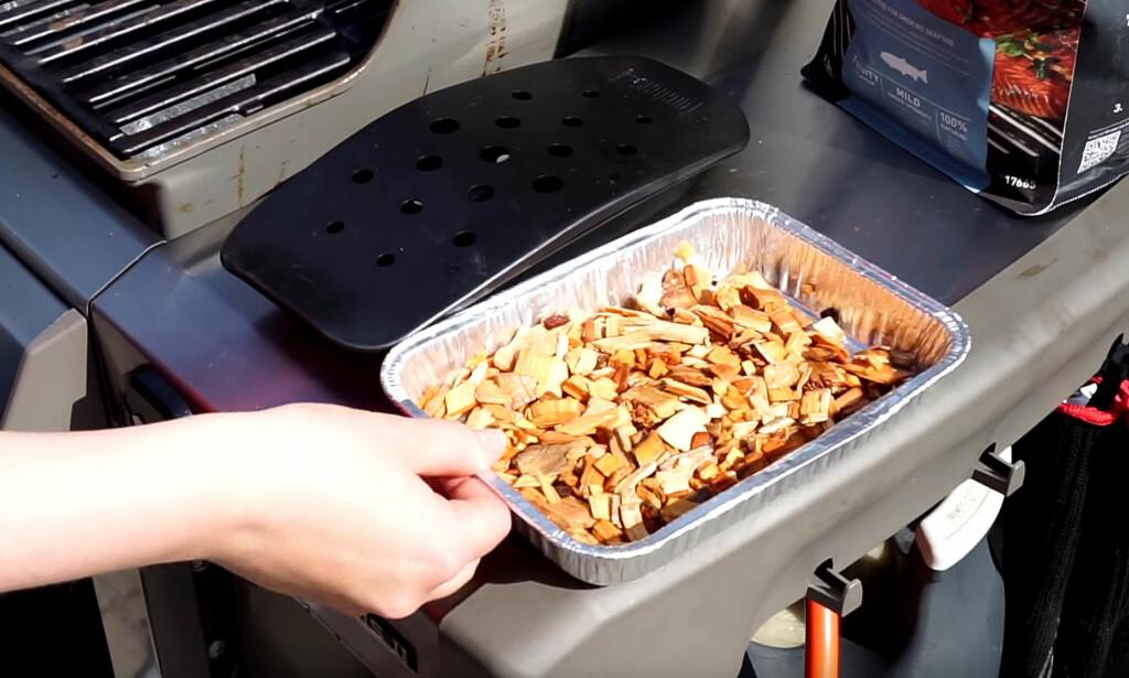 LEGG FLIS PÅ GRILLEN: Flisen kan legges i aluminiumsbeholdere, grillbokser eller rett på kullet, avhengig av grillen. Foto: Per Ervland