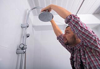 Bruk en klinkekule til å sjekke sluket i dusjen
