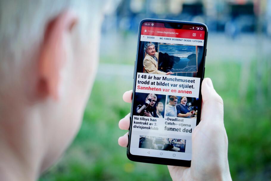 2018 I ET MOBILSKALL: Slik ser OnePlus 6 ut i all sin prakt. Skjermen dekker ikke absolutt hele fronten, men vi våger likevel å kalle den heldekkende. Og det gir en brukeropplevelse som faktisk er ganske imponerende. Foto: Ole Petter Baugerød Stokke