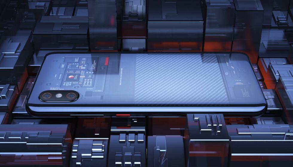 GJENNOMSIKTIG BAK: Den heftigste utgaven av Mi 8 har blant annet fingeravtrykksleser i skjermen, 3D-ansiktsgjenkjenning og en bakside i glass som er gjennomsiktig. Foto: Xiaomi