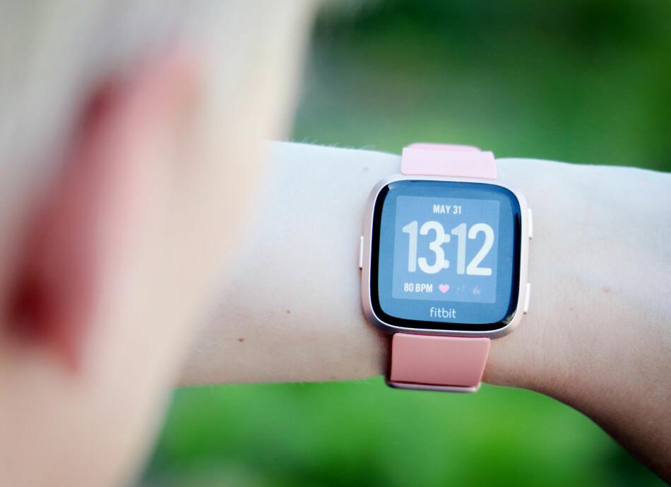 LEKKER: Navnet stusser vi litt på, men Fitbit Versa er kanskje den peneste aktivitetsmåleren fra selskapet til nå. Foto: Ole Petter Baugerød Stokke