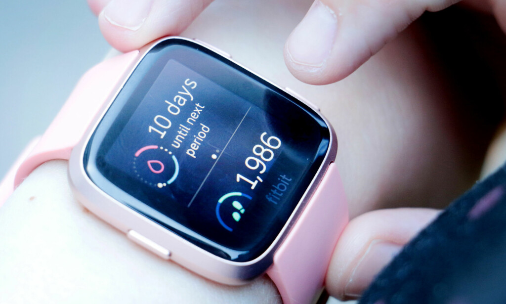 10 DAGER TIL MENSEN: Med Fitbits nye kvinnehelse-funksjon kan du se på klokka når du kommer til å få mensen. Foto: Ole Petter Baugerød Stokke