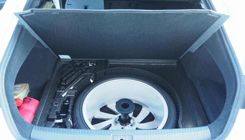 SJELDENT: Reservehjul under bagasjeromsgulvet er sjelden vare men svært velkomment for mange av oss. Foto: Rune M. Nesheim