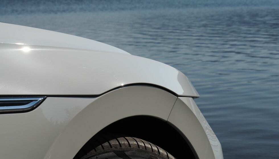 RART: Panseret ligger som et lokk over fronten. Det er litt rart ut at den ligger ut over både front og hjulbue. Karosseripasningene mot frontfanger og lister mellom for- og bakdør mangler presisjon. Foto: Rune M. Nesheim