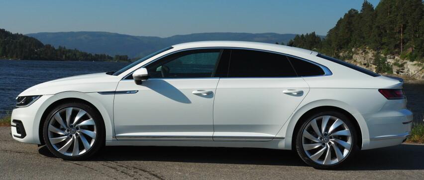 LEKKERT: Passat selges ikke lenger som sedan i Norge, med unntak av hybridversjonen GTE (435 000 kr). For alle andre motoralternativer må du velge Aerton dersom du ikke vil ha stasjonsvogn. Foto: Rune M. Nesheim
