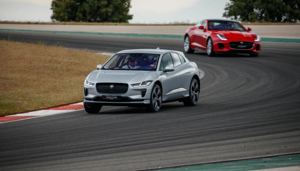 JAGER OG JAGET JAGUAR: Både sportsbilen F-Type og el-SUV-en I-Pace takler Portimao-banen på en overbevisende måte. Foto: Nick Dimbleby