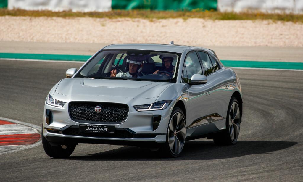 FULL GUFFE: Dinsides utsendte fikk anledning til å prøvekjøre Jaguar I-Pace på den krevende Portimão-banen alt det remmer og tøy kunne holde. En ting er sikkert: Utviklerne visste hva de holdt på med. Foto: Nick Dimbleby