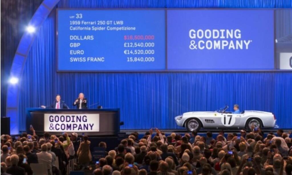 TIDENES DYRESTE BILER: Slik kan det se ut under en auksjon av verdens dyreste biler. Her blir tidenes tolvte dyreste auksjonsbil solgt, for den nette sum av 148 millioner kroner. Foto: Gooding and Company