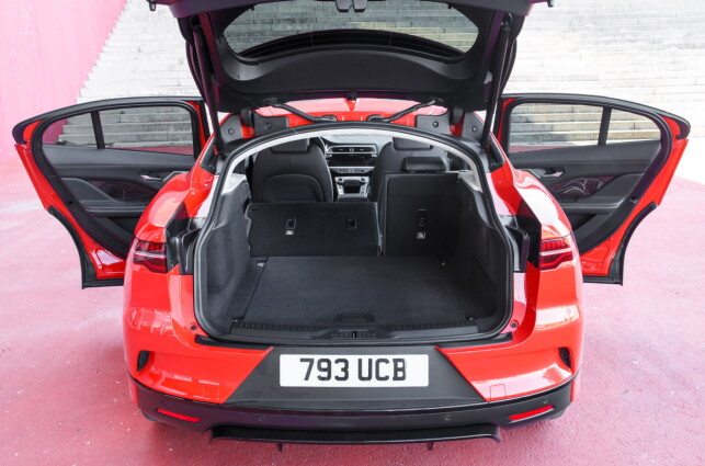 ROMSLIG: Bagasjerommet skal i henhold til VDA-normen romme 530 liter. Det er bra. Jaguar oppgir selv på sedvanlig vis et større volum - antakelig beregnet til taket. Maksimalt volum med setene nede: 1453 liter. Foto: Nick Dimbleby