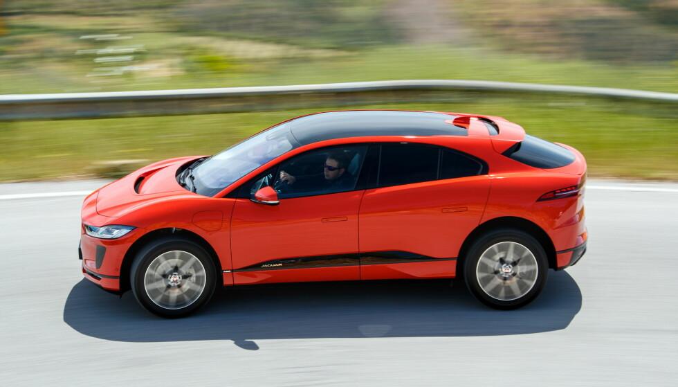 EL-SUV-EN PÅ VEIEN: 2016 er året da Jaguar brøt et siste tabu etter diesel og stasjonsvogner, og lanserte en SUV, F-Pace. Et siste? Finnes det flere av et ærverdig luksusmerkes tradisjoner man kan svikte? Å ja, da! En elbil! Nei, vent litt - vi overbyr den: En elektrisk SUV! ) Foto: Nick Dimbleby