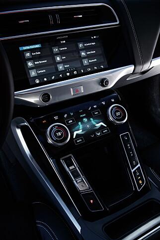 KOMMANDOSENTRALEN: Touch Pro Duo er tilpasset den spesifikke I-Pace-designen. Med litt tilvenning, viser den seg svært god å bruke. Foto: Nick Dimbleby