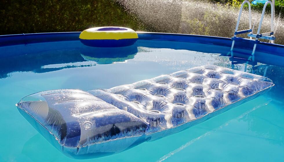 BØR RENSES: Er bassenget hyppig brukt i sommervarmen? Da bør det også renses jevnt og trutt, ifølge ekspertene. Foto: NTB Scanpix