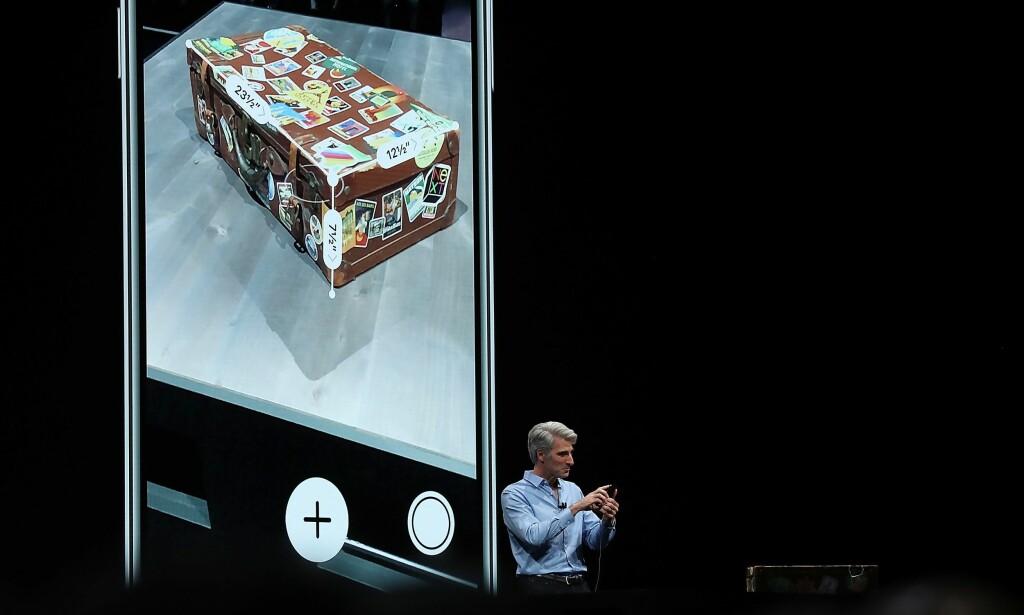 FINN STØRRELSEN: Med Apples nye Measure-app kan du bruke AR til å finne størrelsen på en koffert, for eksempel. Foto: Justin Sullivan/Getty Images/AFP/NTB Scanpix
