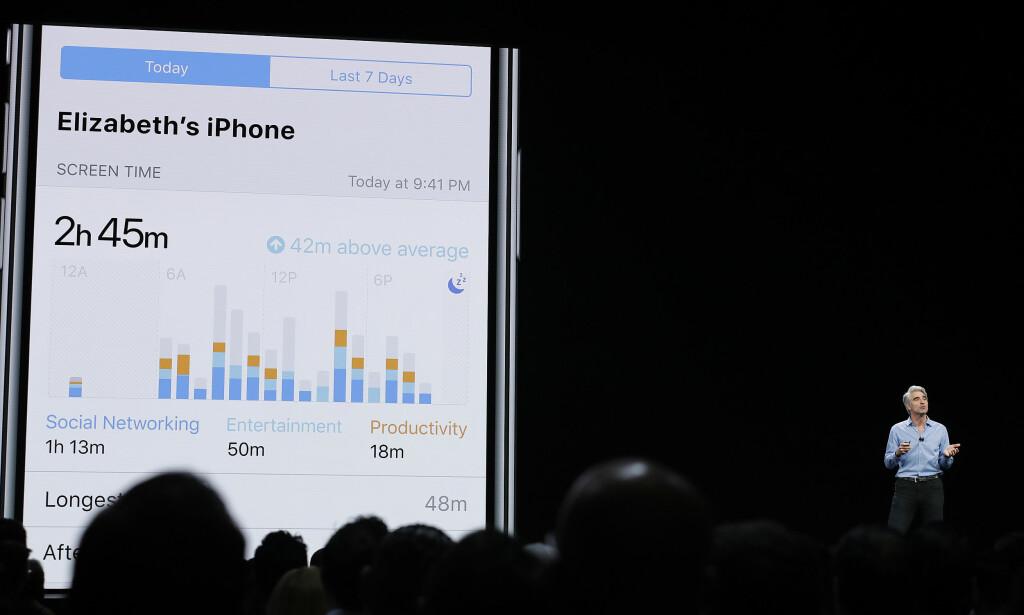 BEVISSTGJØRING: Snart skal du få mer innsikt i hvor mye du bruker de ulike appene på iPhonen din. Foto: Marcio Jose Sanchez/AP Photo/NTB Scanpix