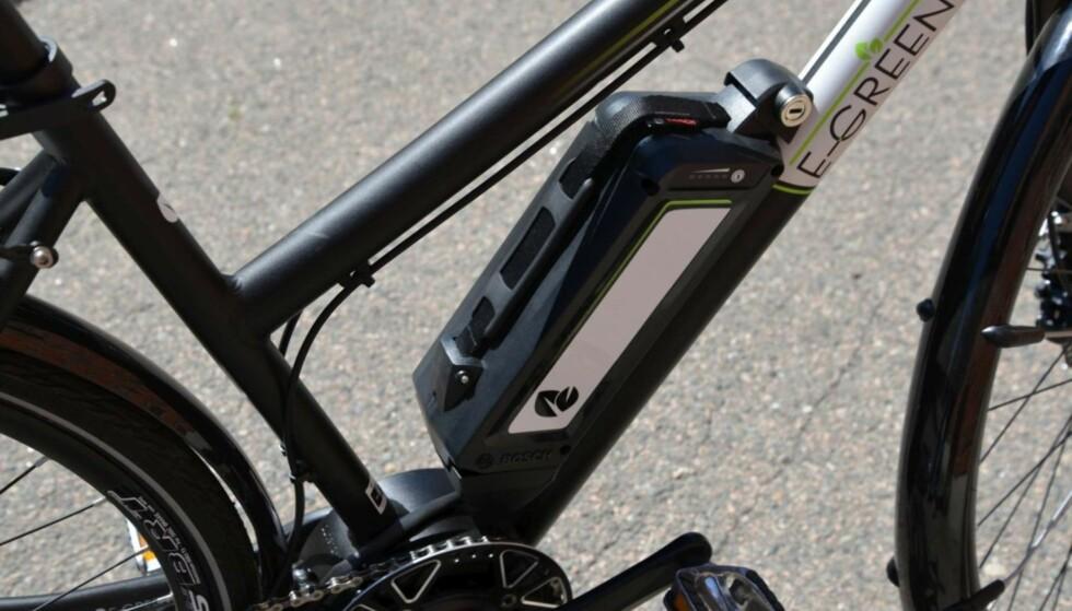 FORSIKTIG: Pass på at batteriet ikke deiser i bakken når du tar det av sykkelen. Foto: Brynjulf Blix