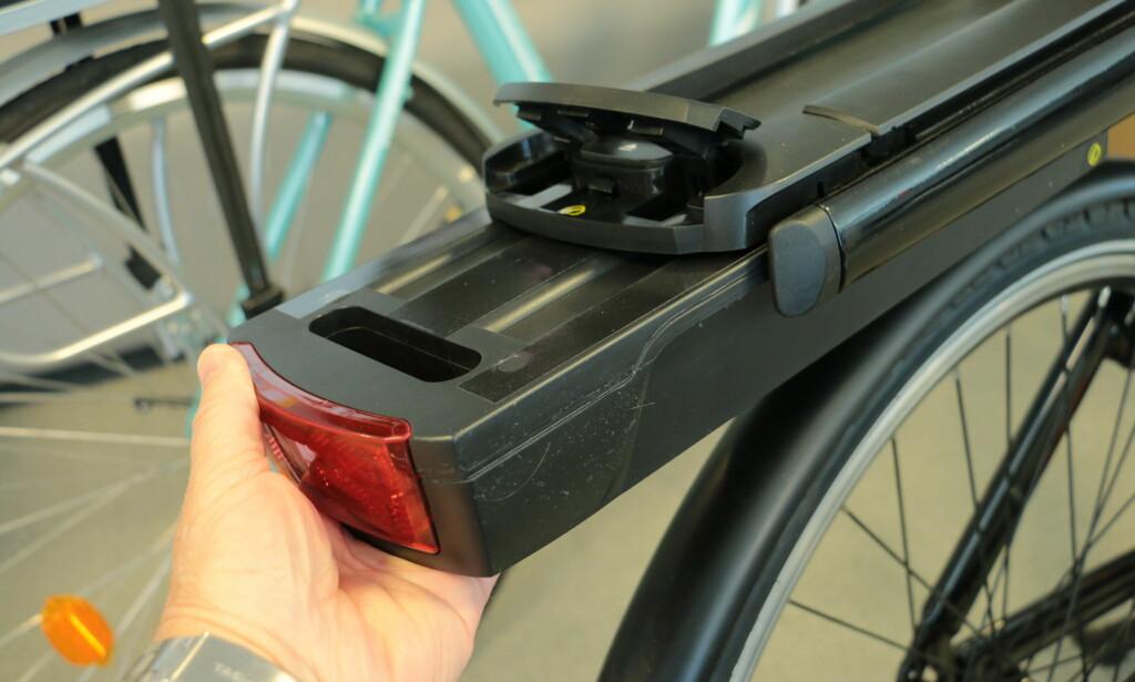 FJERNES FØRST: Batteriet bør helst lades i romtemperatur. Derfor er det en fordel å ta med seg batteriet inn. Foto: Tore Neset