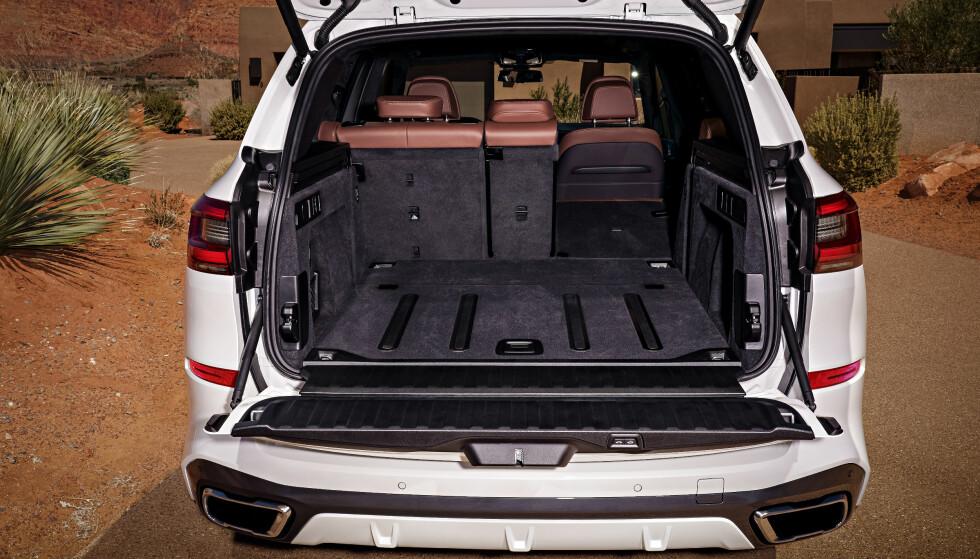 SVÆRT: Bagasjerommet er på 650 liter. Det er lettlastet og setene er tredelt. Bestiller du luftfjæring, senkes hekken når du skal laste inn. Foto: BMW