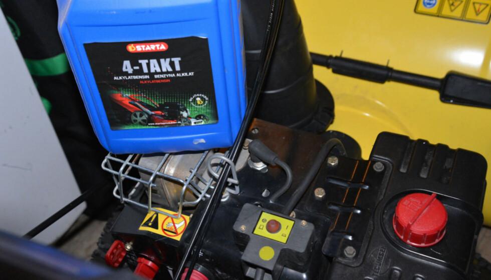 RENERE: Alkylatbensin er et renere alternativ til vanlig bensin for motordrevne redskaper generelt - også for gressklipperen. Foto: Brynjulf Blix
