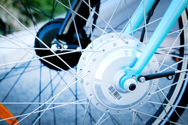 BEGGE HAR MOTOR PÅ FORHJULET: Begge lavprissyklene har drift på forhjulet. De dyrere og mer avanserte elsyklene har som oftest drift på kranken, altså der pedalene sitter. Foto: Ole Petter Baugerød Stokke