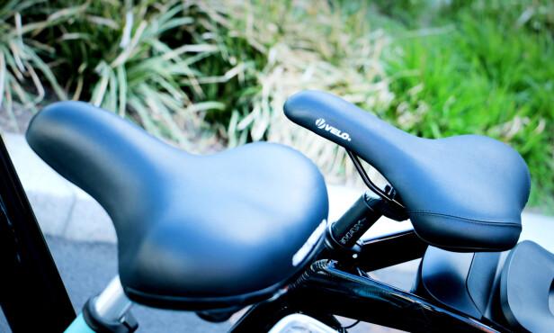 HER VINNER BILTEMA: Biltema-sykkelen foran, Clas Ohlsons bak. Biltemas sykkel har bredere, mykere og mer komfortabelt sete og fjæring enn Clas Ohlsons sykkel. Foto: Ole Petter Baugerød Stokke
