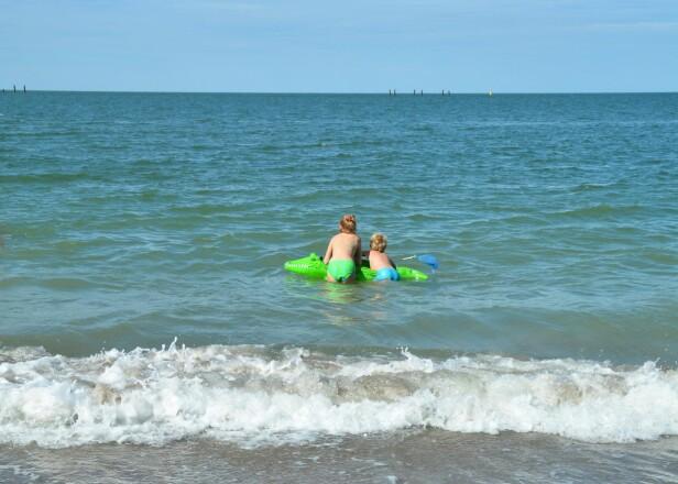 <strong>KAN FLYTE UTOVER OG IKKE KOMME SEG INN:</strong> Utgående tidevann, understrømminger og strømminger badeleken selv lager, kan gjøre det vanskelig å snu og komme seg inn igjen. Foto: Shutterstock/NTB scanpix