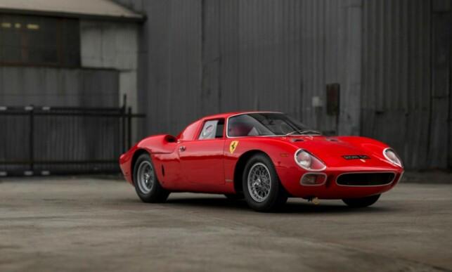 FERRARI 250 LM: Denne 1964-modellen ble solgt for 14,3 millioner dollar til en ukjent budgiver på telefon, hos auksjonshuset Sotheby´s i 2013. Det holder ikke til å bli med på lista vår, som har en «tilsvarende» Ferrari 250 LM til 17,6 millioner dollar på 13. plass. Foto: RM Sotheby´s