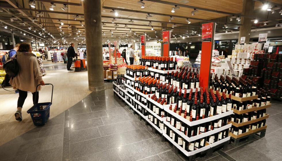 VÆR KRITISK: Forbrukerøkonom Elin Reitan råder deg til å være like kritisk til prisene på taxfree som i vanlige butikker. Hun ber deg også huske at taxfree-shopping kun lønner seg så lenge du kjøper varer du trenger. Foto: Lise Åserud/NTB Scanpix.