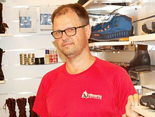 SKOEKSPERT: Per Ivar Huso hos Villmarksbutikken gir ofte tips og råd om fjellskokjøp til kundene. Foto: Christina Honningsvåg