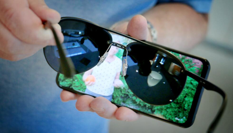 FORSKJELL: Noen mobilskjermer fungerer helt fint med polariserte solbrinner. Andre, som denne, «forsvinner» når bildet vises vannrett. Foto: Ole Petter Baugerød Stokke.