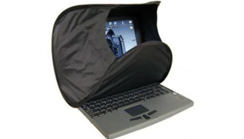 SOLHATT TIL LAPTOP-EN: Noen bruker bare et håndkle, men du får kjøpt løsninger som gjør det mulig å bruke den bærbare PC-en utendørs i sola.