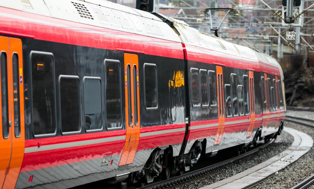 SLITER I KULDA: Store togforsinkelser på Østlandet onsdag. Foto: NTB/Scanpix