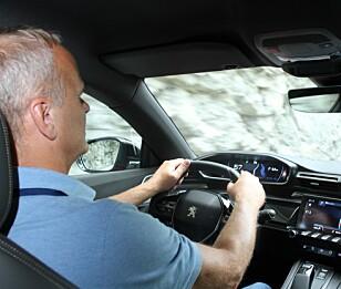 SER GODT: Nye Peugeot 508 sanser personer langt framme på veien, selv om det skulle være mørkt eller tåke ute. Foto: Peugeot
