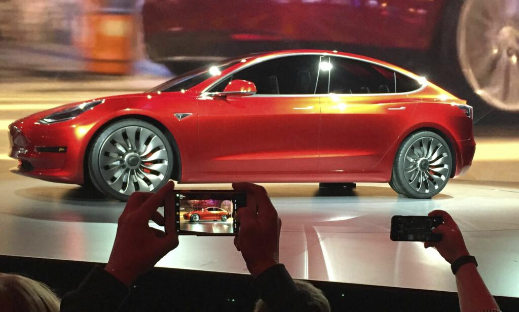 PÅVIRKES IKKE AV OPPSIGELSER: Mer enn 4.000 Tesla-ansatte må finne seg ny jobb, etter at Elon Musk varsler oppsigelse av 9 prosent av staben. Det skal imidlertid ikke påvirke produksjonsmålene for Model 3 i de kommende månedene, ifølge Musk selv. Foto AP