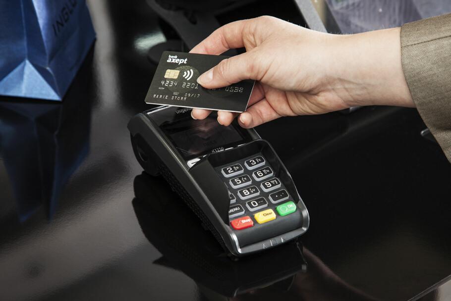 Å TÆPPE: Bruker du bankkortet på denne måten, altså kontaktløst med NFC, skal det hete å tæppe, ifølge BankAxept. Foto: BankAxept